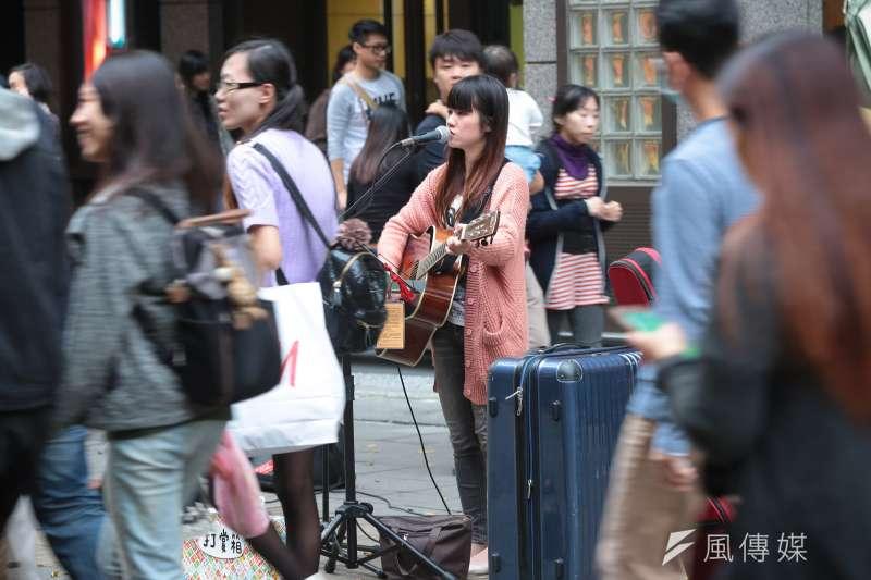 作者認為,音樂演奏、美聲歌唱、…以聲音傳播美好的藝術,如果音量無限擴大,也會讓經過的遊客難以忍受,希望法規能管制分貝。圖為信義區香緹廣場街頭藝人。(資料照,顏麟宇攝)