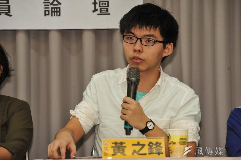 香港眾志秘書長黃之鋒等人受邀參加時代力量舉辦的台港議員論壇交流,黃之鋒說,要如何讓中產階級接受一個還在讀大學的學生擔任議員領那麼多薪水,是很不容易的過程。(甘岱民攝)