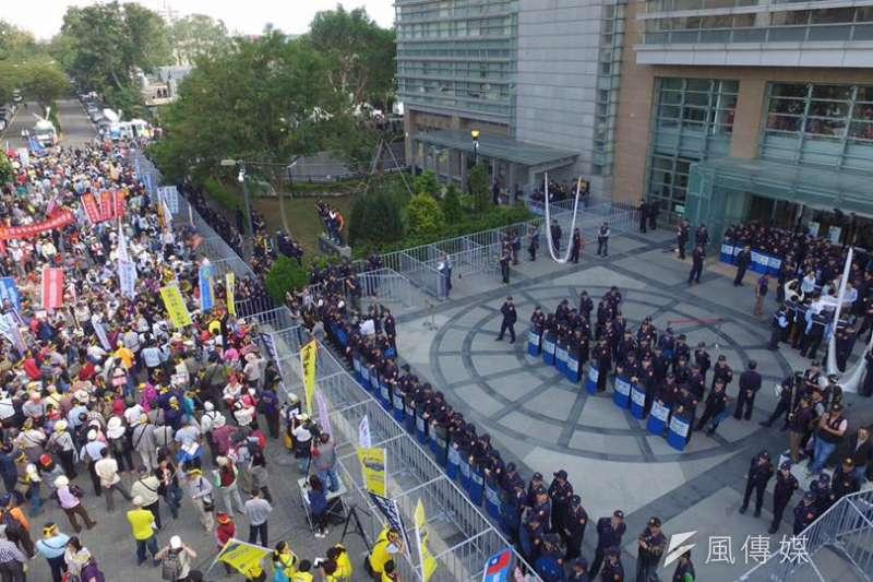 年金改革委員會國是會議中區座談會登場,民眾場外抗議,警方調動大批警力及警備車支援。(取自監督年金改革行動聯盟)