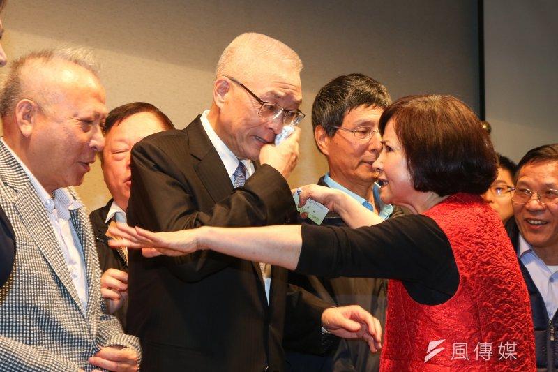 前副總統吳敦義(左)與夫人蔡令怡(右)兩人的「複式」跑法,鴨子划水勤跑地方與各地眷村,讓選情逐漸回溫。(資料照,陳明仁攝)