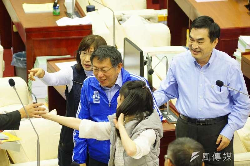 20170109-台北市議會進行總預算表決,市長柯文哲前來與議員寒暄。(盧逸峰攝)