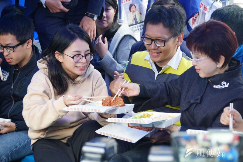 20170109-洪秀柱赴黨產會前與黨工共進午餐,並分享主菜。(盧逸峰攝)