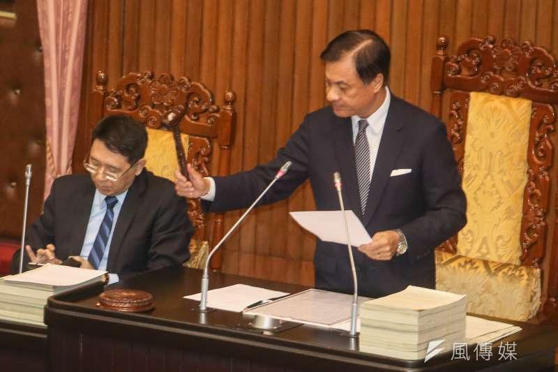 長照法修正草案三讀通過,立法院長蘇嘉全敲下議事槌。(陳明仁攝)
