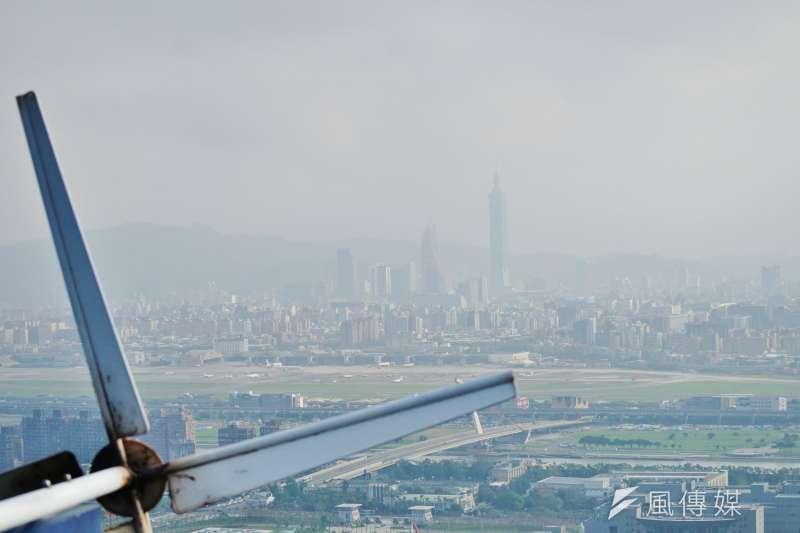 台北市起霧霾、能見度不佳,攝於劍潭山親山步道。(盧逸峰攝)