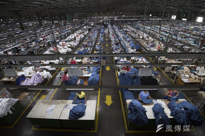 台灣紡織業在國際市場占有重要的地位,但產業結構卻出現「頭重腳輕」的窘境。圖為中美洲的台商紡織廠。(資料照,取自總統府網站)