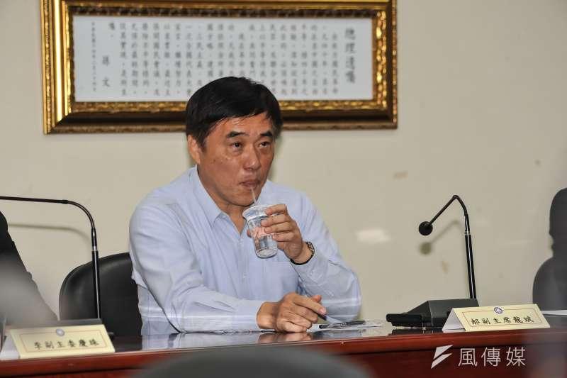 20160111-國民黨副主席郝龍斌出席黨代表座談會,聆聽黨代表意見時,喝起瓶裝水。(甘岱民攝)