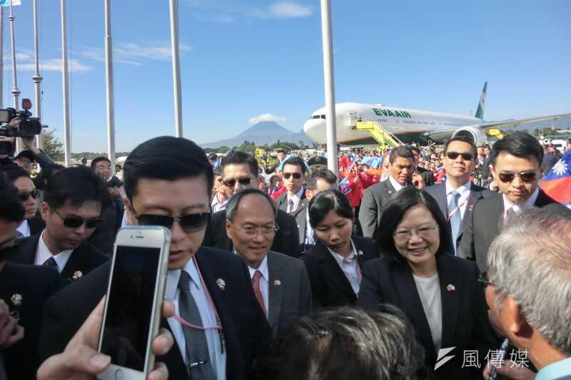 總統蔡英文當地時間11日上午抵達第3站瓜地馬拉,蔡英文在機場接受僑胞歡迎。(石秀娟攝)