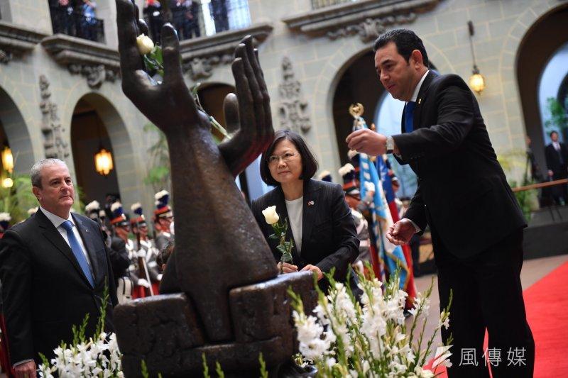 瓜地馬拉總統莫拉雷斯在總統府所在的「國立文化宮」舉行隆重軍禮,歡迎首度訪問瓜國的蔡英文02(總統府提供)