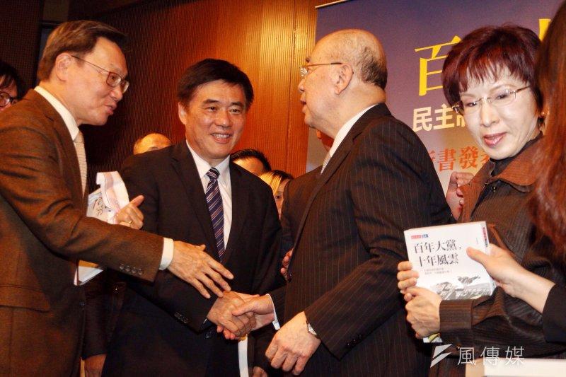 國民黨黨主席洪秀柱與副主席郝龍斌出席新書發表會幾無互動。(曾原信攝)
