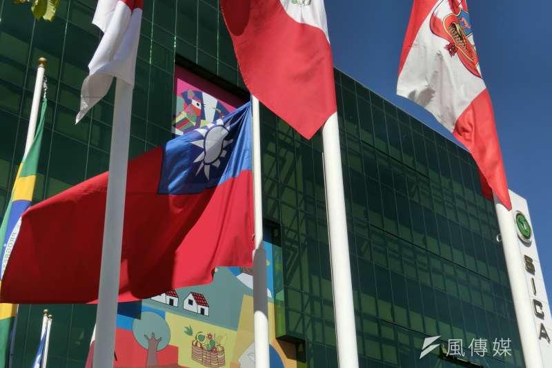 民進黨立委王定宇21日上午突然在臉書上發布貼文指出,中國對我中美洲友邦薩爾瓦多出手,中國提供鉅資興建「蚊子港」、軍售、選舉經費,邦交國生變。圖為位於薩爾瓦多首都聖薩爾瓦多的中美洲統合體辦公大樓由我國援助興建,在2011年7月正式啟用,大樓門外飄揚我國的國旗。(資料照,石秀娟攝)