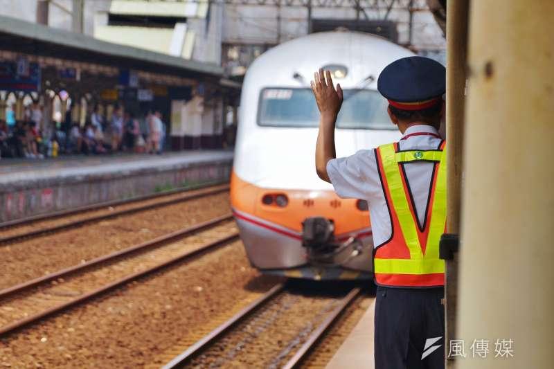 鐵路局日前要求「車站在沒有行車人員做雙重確認的狀況下,要請車長自己看號誌燈,自己發出開車指令」。遭台鐵工會痛批是拿旅客生命開玩笑。(資料照,盧逸峰攝)