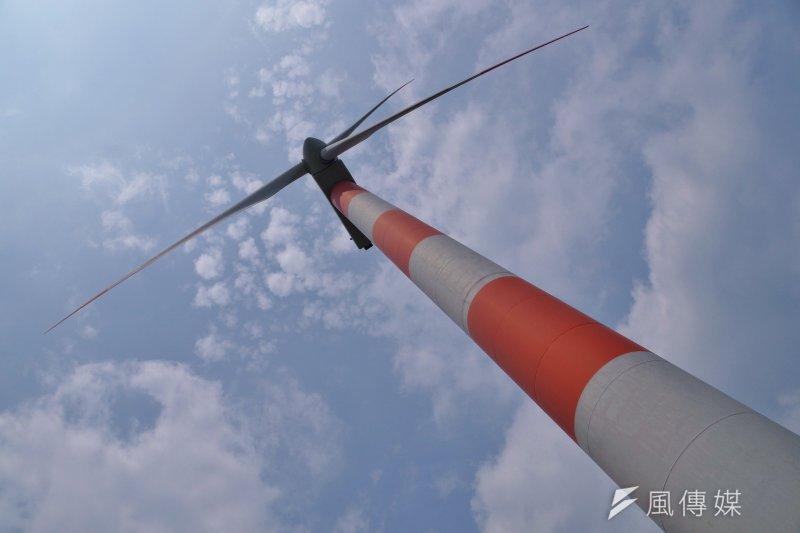 全球最大離岸風電開發商丹能風力24日宣佈,將投資台灣離岸風電開發商上緯位在苗栗外海的風場,並持有35%股份,另外投資基金麥格理資本則拿下50%股份。圖為石門北海岸風力發電機,非苗栗發電電機。(資料照,盧逸峰攝)
