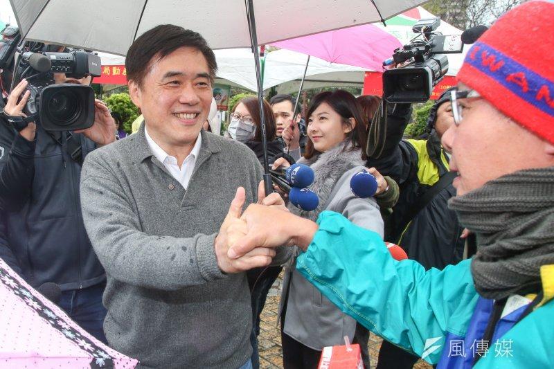 參選黨主席的國民黨副主席郝龍斌出席由市議員秦慧珠舉辦的2017寒冬送暖送愛心公益活動。(資料照,陳明仁攝)