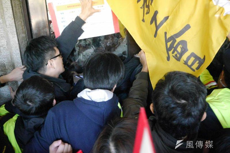 高教工會到教育部前抗議,抗議教育部針對大專兼任教師納保差別適用,並衝撞教育部大門,要求部長潘文忠回應。(洪與成攝)
