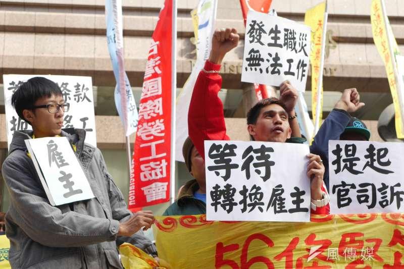 台灣移工聯盟今(17)日召開記者會,批評《就業服務法》56條成為雇主對付勇於爭取權益的移工的工具,儼然是「蓄奴條款」,並邀請受害移工陳述。(洪與成攝)