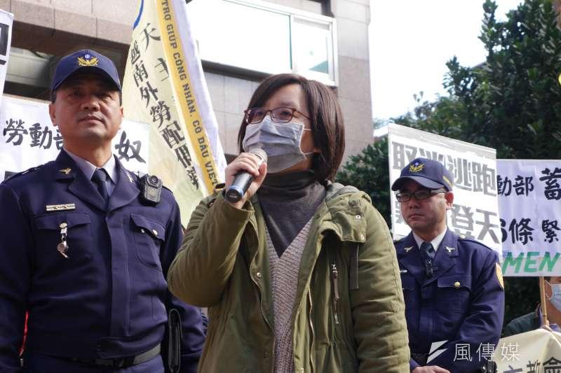 台灣移工聯盟今(17)日召開記者會,批評《就業服務法》56條成為雇主對付勇於爭取權益的移工的工具,儼然是「蓄奴條款」。(洪與成攝)