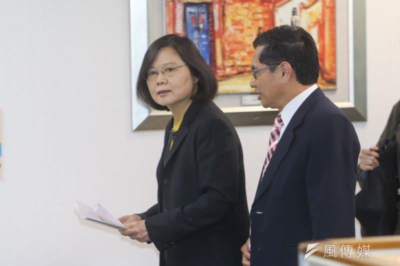 圖為民進黨中常會,嘉義市長涂醒哲趁黨主席蔡英文入場前咬耳朵。(陳明仁攝)