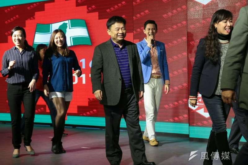 民進黨尾牙,行政院副院長林錫耀到場,還上場熱舞「月薪嬌妻」。(顏麟宇攝)
