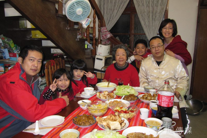 農曆新年全家大小團聚,因為心情愉快,很多人一不小心就有可能進食過量。(黃天如攝)
