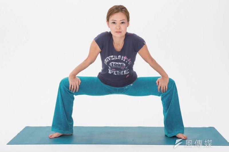 下肢筋膜伸展開來,可以舒緩許多不適症狀!(圖/如何出版提供)