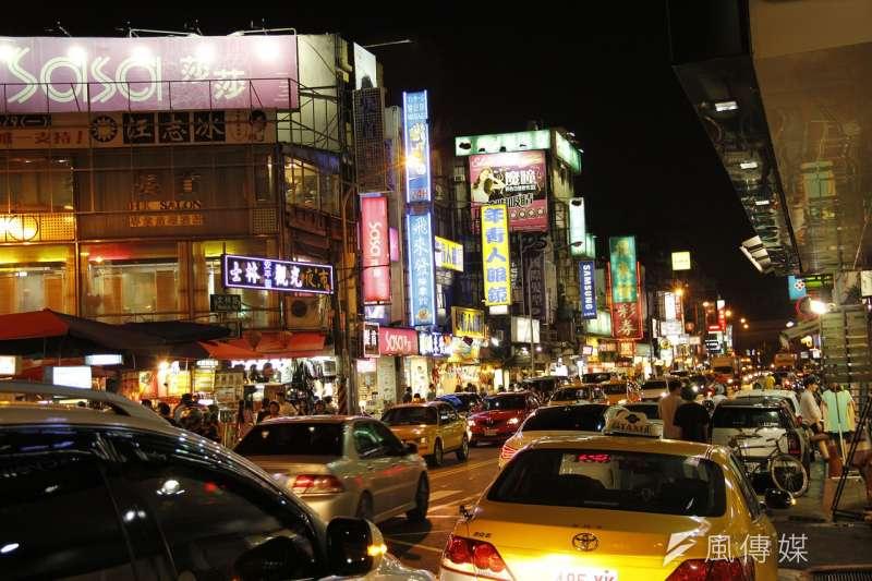 一天之內走訪台北四個知名市場:華山市場、四平街市場、遼寧夜市和士林夜市,一路走一路心潮澎湃。簡單說結論,華山市場和遼寧夜市是驚喜組;四平街市場和士林夜市則讓人擔心。圖為士林夜市。(資料照,取自11shliu@pixabay)