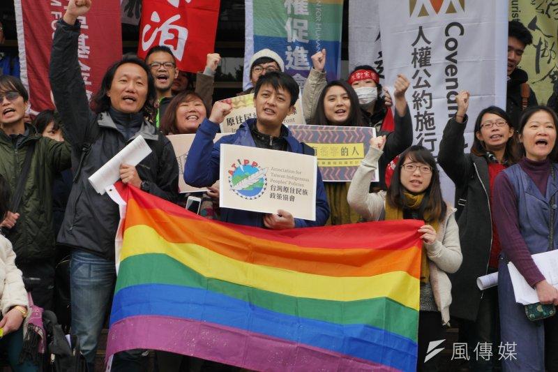 台灣兩公約國際審查20日告一段落,人權公約施行監督聯盟於審查結束後,在場外召開記者會發表共同聲明。(洪與成攝)