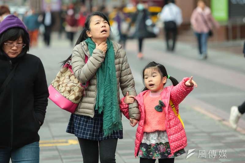 暖如夏的天氣將結束,台灣今(4)日受東北季風增強影響,新竹以北至東部地區有局部短暫雨,北台灣氣溫將如階梯式下降。(資料照,顏麟宇攝)