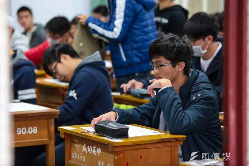 20170120-大學學測於20日登場,第一天應試科目為國文、數學、社會,考生於鐘響後紛紛入場。(顏麟宇攝)