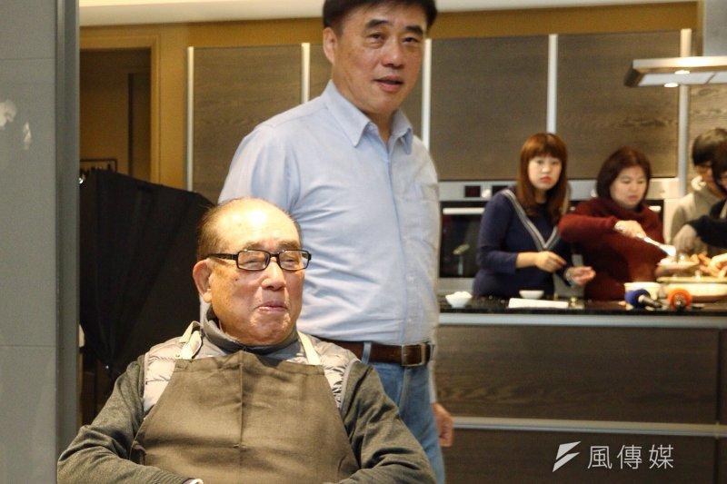 郝柏村(前)晚間與他的兒子、國民黨副主席郝龍斌(後)一起接受網路節目直播專訪,郝龍斌說,父親是他心目中真正的英雄,也是他一輩子學習的對象。(資料照,曾原信攝)