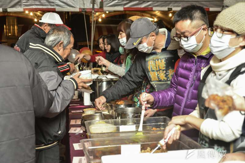 「無家者人權尾牙音樂會」21日晚間登場,60餘位藝文界人士一人提供一道佳餚,邀請無家者享用盛宴,感受暖意。(甘岱民攝)