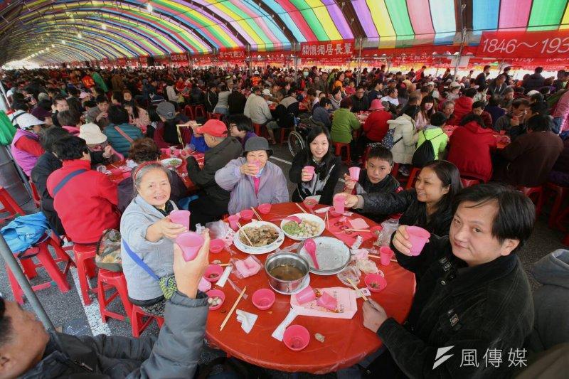 由人安、華山、創世3基金會所共同舉辦的「第27屆寒士吃飽30愛心尾牙」,22日在凱道登場。(陳明仁攝)