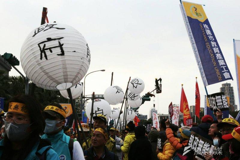 總統府年金改革國是會議,軍公教團體場外抗議。(資料照/陳明仁攝)