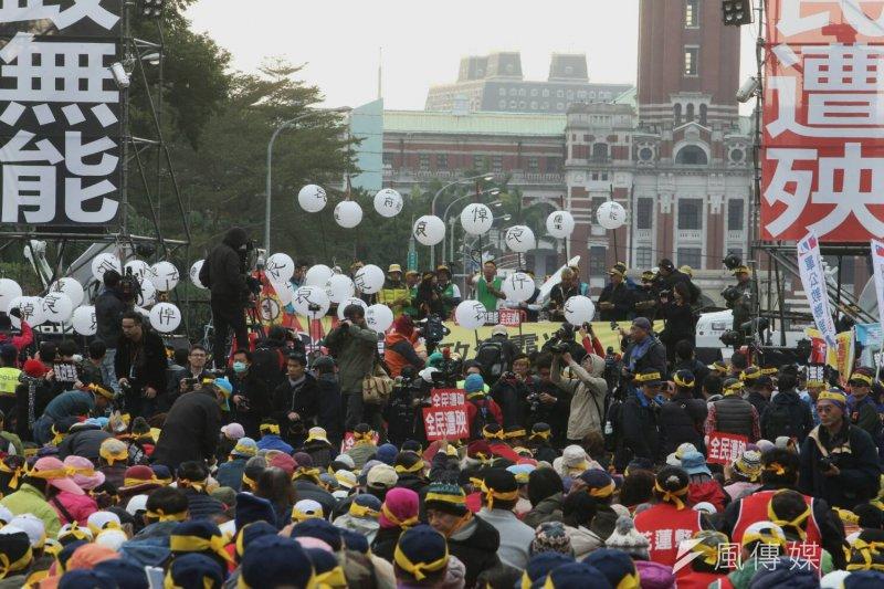 總統府年金改革國是會議,軍公教團體在場外抗議,打燈籠為蔡政府送終。(資料照,陳明仁攝)