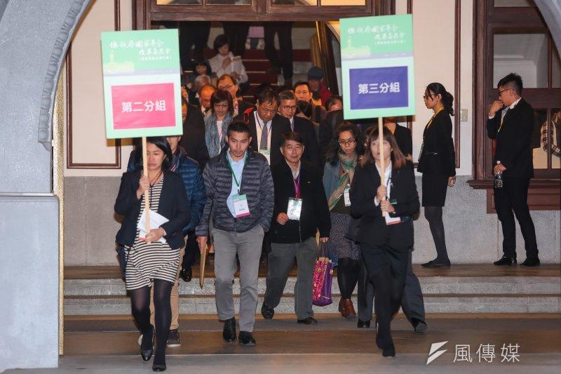 20170122-年金改革國是會議全國大會22日於總統府召開並分組討論,二三組的年改委員於分組討論後步行回總統府。(顏麟宇攝)