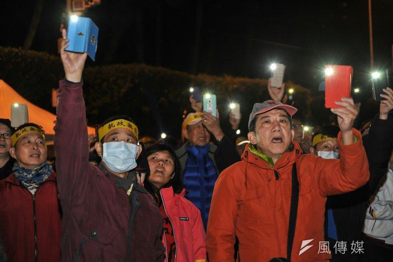總統府年金改革國是會議,天黑後抗議群眾開啟手機手電筒。(甘岱民攝)