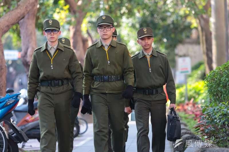 20170122-年金改革國是會議全國大會22日於總統府召開,總統府周遭大規模交管憲兵也不斷來回巡邏。(顏麟宇攝)