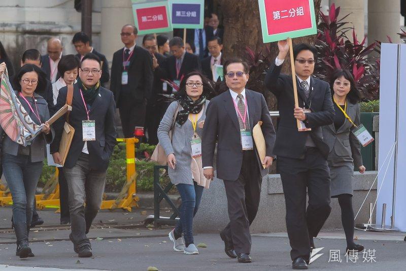 20170122-年金改革國是會議全國大會22日於總統府召開,勞動部長郭芳煜步出總統府至分組開會場地。(顏麟宇攝)