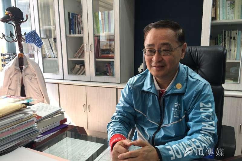 台北市研考會主委曲兆祥,解讀官方民調發現,「小燈泡事件」讓柯文哲民調「斷崖式暴跌」至最低點40%,至今再沒攀高。(王彥喬攝)