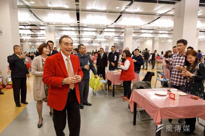 國防部長馮世寬在跨年夜穿著大紅色的西裝上班。(取自國防部發言人臉書)