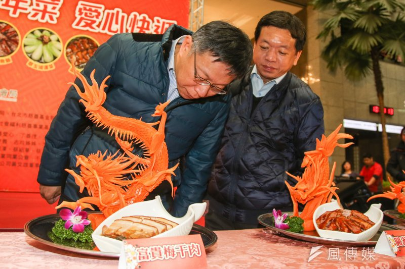 台北市長柯文哲出席「106年溫馨年菜,愛心快遞活動」記者會,柯文哲對菜色讚譽有加,右是社會局長許立民。(陳明仁攝)