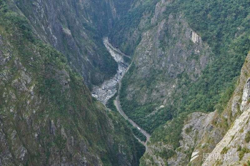 花蓮18日發生規模6.1地震,太魯閣國家公園境內綠水合流步道落石,2名遊客遭落石砸傷。圖為中橫公路。(資料照,盧逸峰攝)