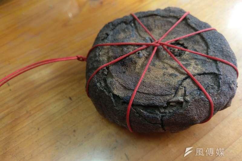天芳茶行自製的柚子茶,將茶葉塞入柚子內,沖泡的同時便會散發柚子的香氣。(陳俐穎攝)