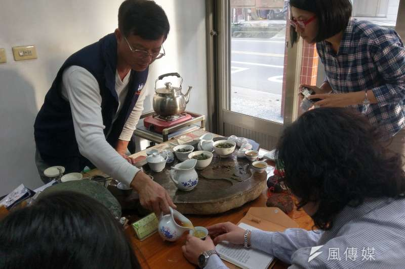 好客的天芳茶園老闆黃正忠對製茶有著自己的堅持。(陳俐穎攝)