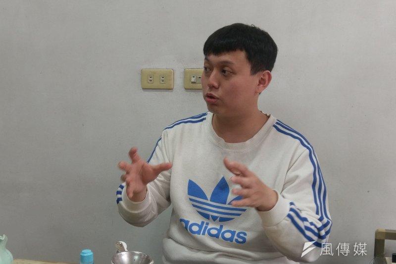 天芳茶行第五代老闆黃耀寬本先在機械相關領域工作,但由於大環境的不友善,決定重返家鄉深耕茶產業。(陳俐穎攝)