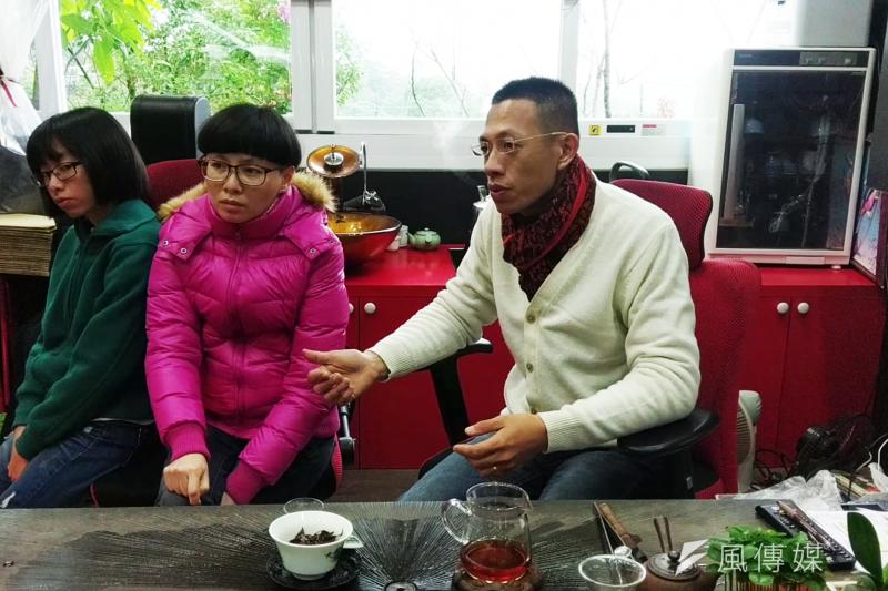 谷芳茶行的老闆李昌峻(右)與洪佳玉(中)兩夫妻認為,有機與健康是台灣農業的新趨勢。(陳俐穎攝)