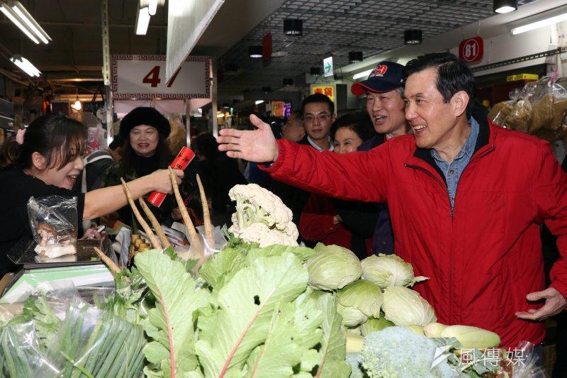 馬英九26日上午至興隆市場買菜、拜年發春聯。(蘇仲泓攝)