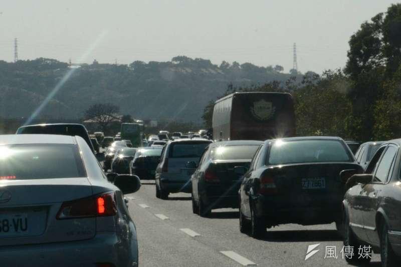 雞年春節,除夕前高速公路南下最後一波塞車潮,近午時分,不少路段低於下限(陳明仁攝)