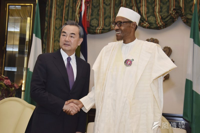 奈及利亞要求我代表處改名,並表示無法保障我代表安全。圖為中國外交部長王毅1月11日晉見奈及利亞總統布哈里(AP)