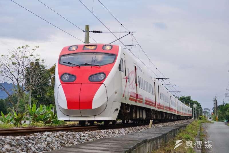 台鐵局今日宣布,「限速備援系統」之安裝和測試已順利完成,將在今年12月底前優先增設在52輛普悠瑪及太魯閣列車上。圖為普悠瑪列車。(資料照,盧逸峰攝)