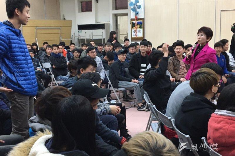 「台灣新支柱 青年後援會」活動2日舉辦,一名15歲青年與洪秀柱對談、提問。(羅暐智攝)